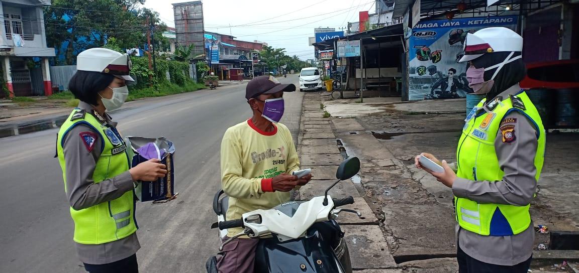Satlantas Polres Ketapang Bagikan Masker dan Brosur