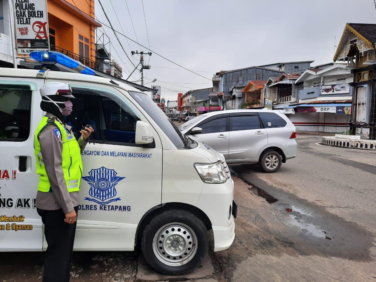 Penerangan Keliling Satlantas Polres Ketapang Beri Imbauan Pencegahan Covid-19