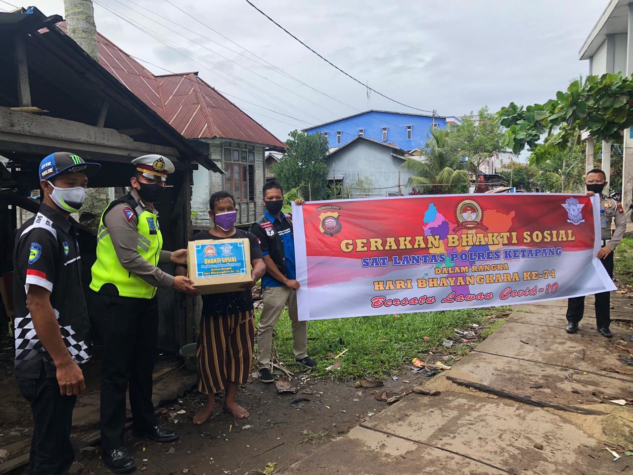 Bersama IMI Ketapang, Satlantas Polres Ketapang Patroli Bagikan Sembako