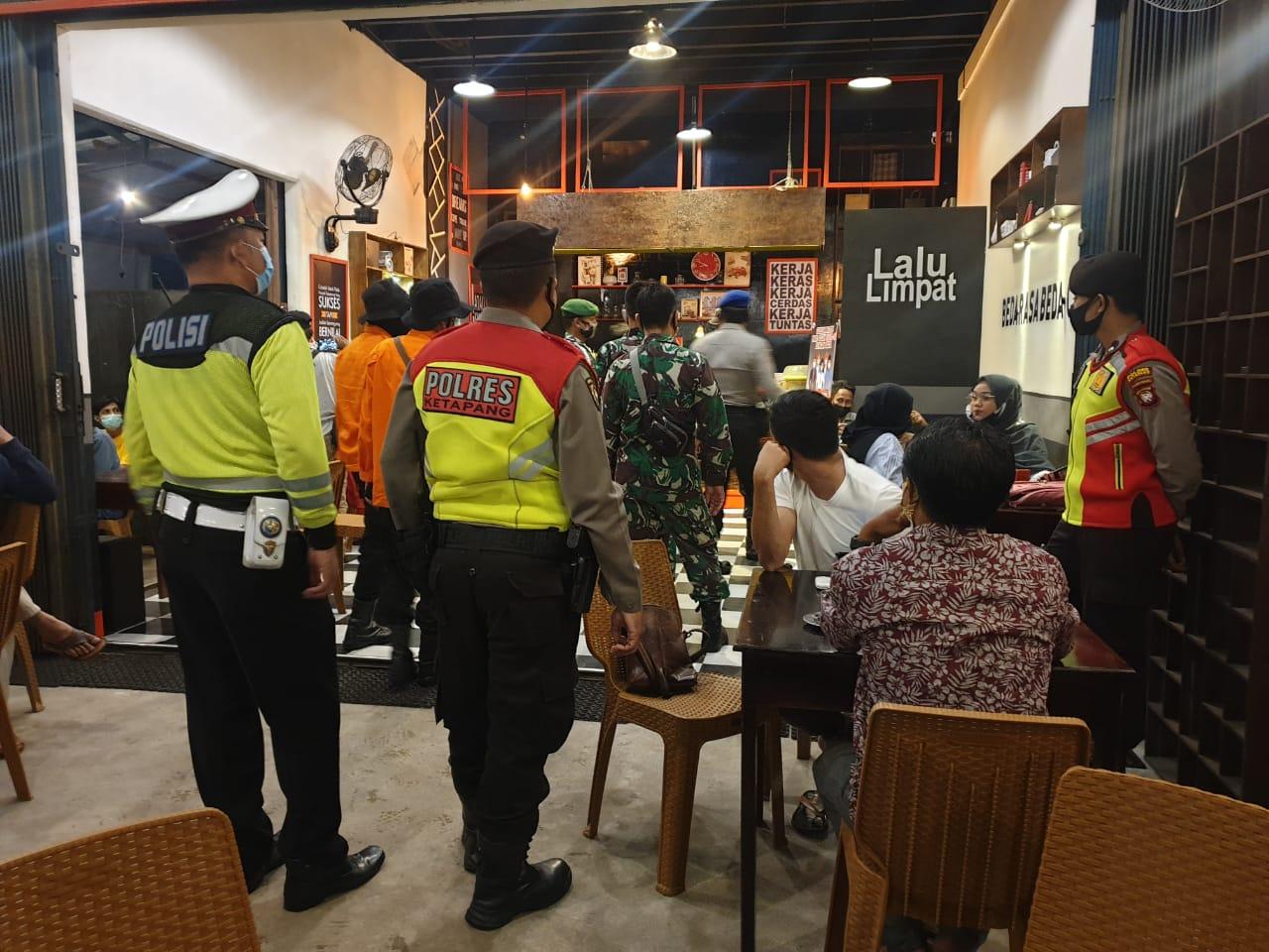 Satlantas Polres Ketapang Patroli Warkop, Berikan Himbauan Jaga Jarak & Penggunaan Masker
