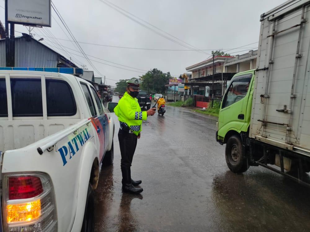 Cuaca Hujan,Tak Mengurangi Semangat Polisi Untuk Patroli Sore