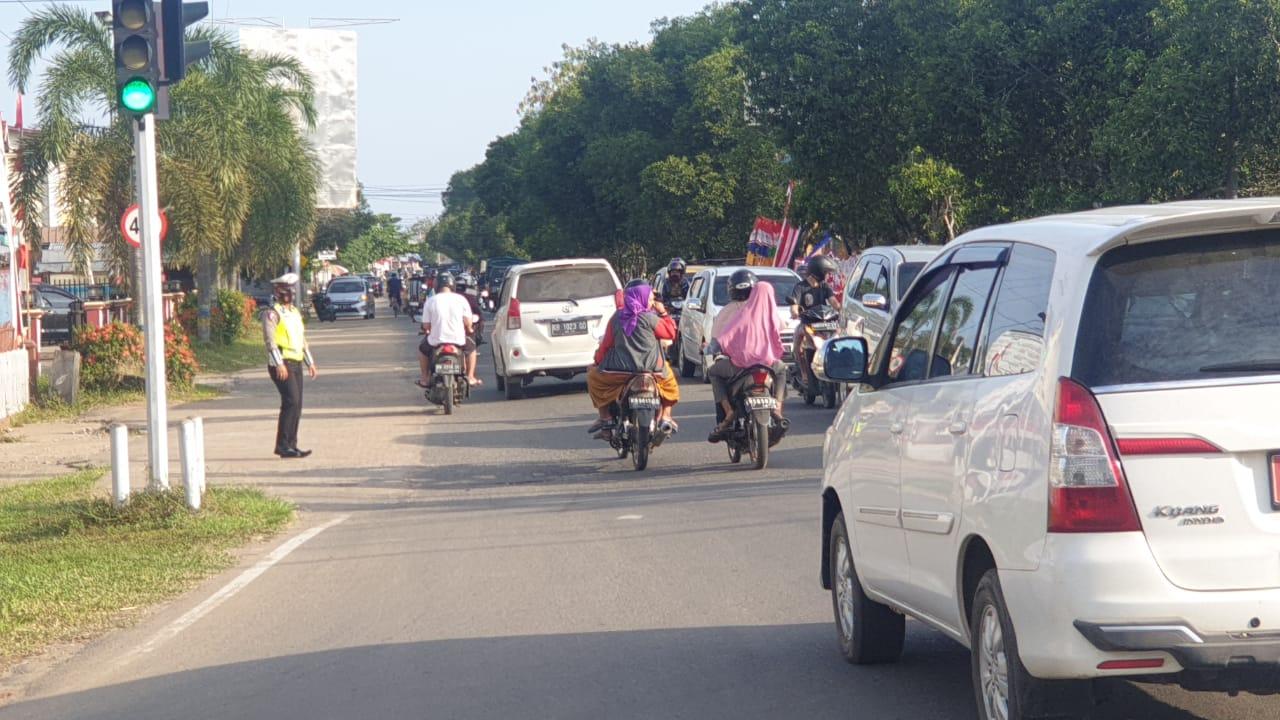 Salah Satu Wujud Public Service Sat Lantas Polres Ketapang Gatur Lalin Sore