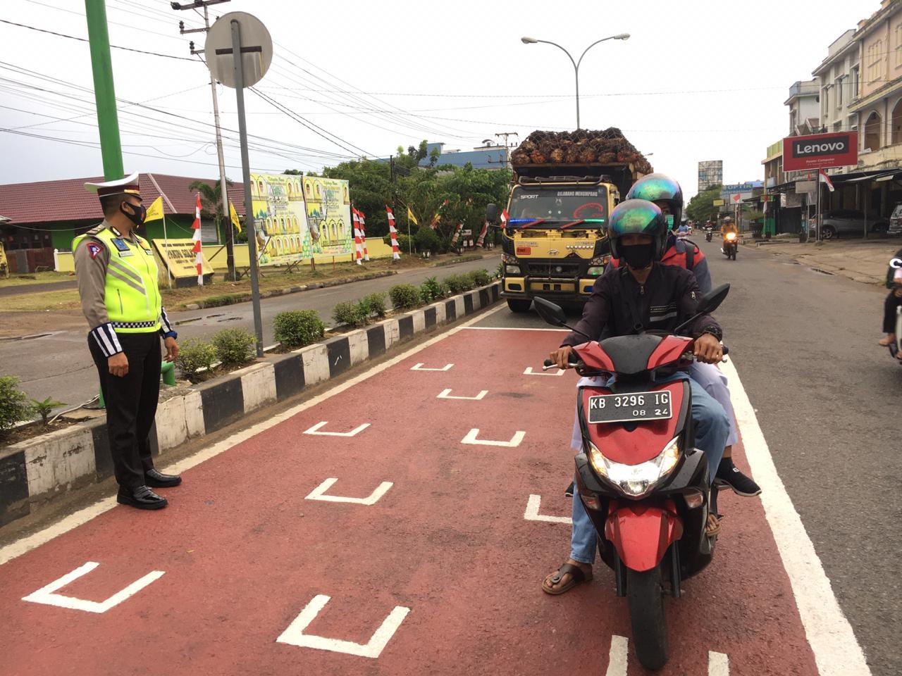 Cegah Covid-19 Satlantas Polres Ketapang Imbau Pengendara Roda Dua Jaga Jarak di Lampu Merah
