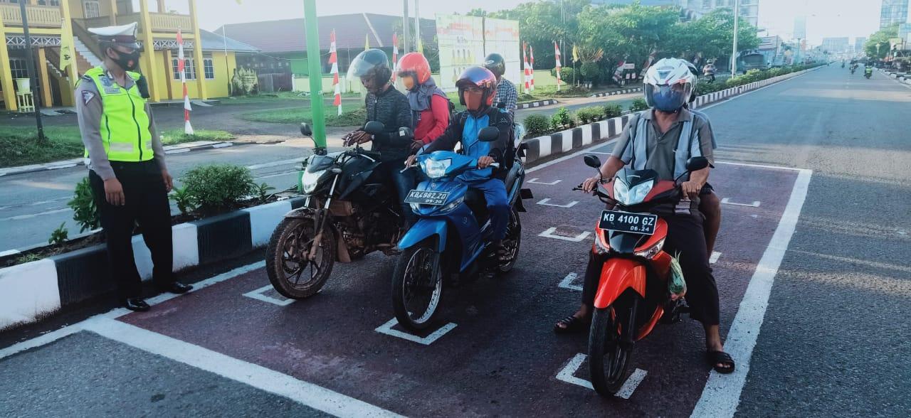 Cegah Covid-19, Pengendara Roda Dua Harus Jaga Jarak di Lampu Merah