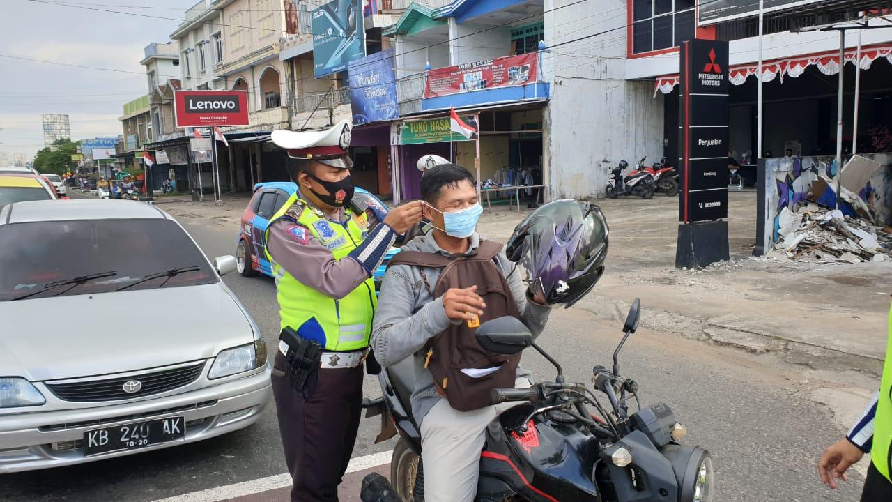 Personil Satlantas Polres Ketapang Bagikan Masker ke Pengendara,cegah Covid 19