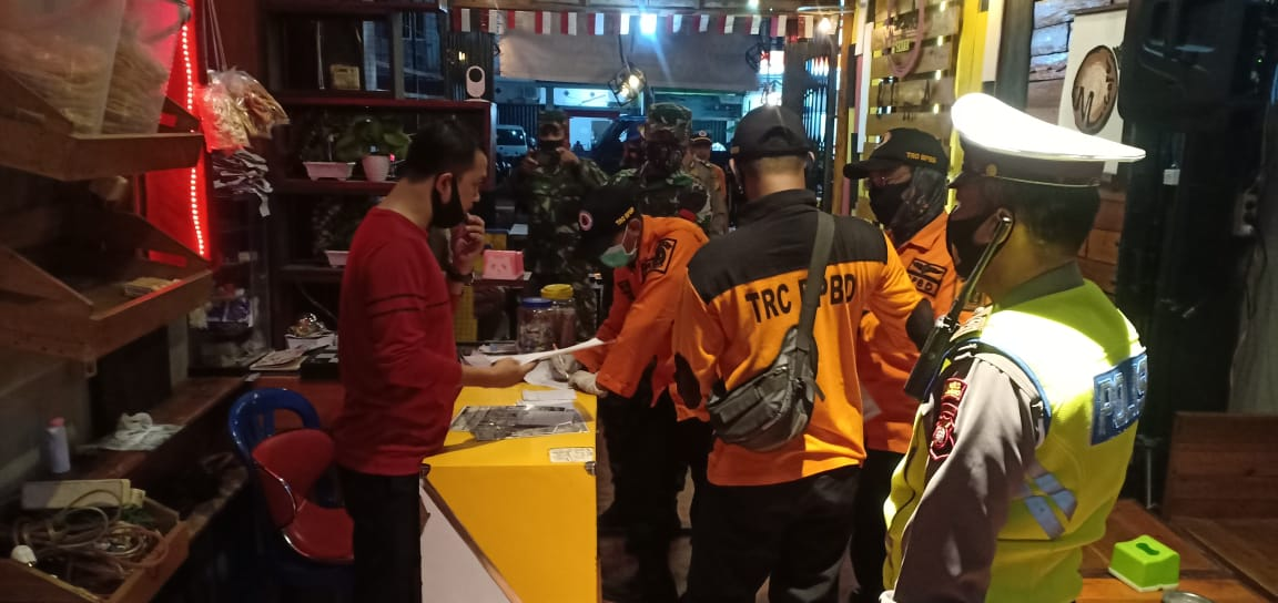 Antisipasi Covid-19,Unit Kecil Lenkap  Polres Ketapang Himbau Pengunjung Warkop pakai Masker