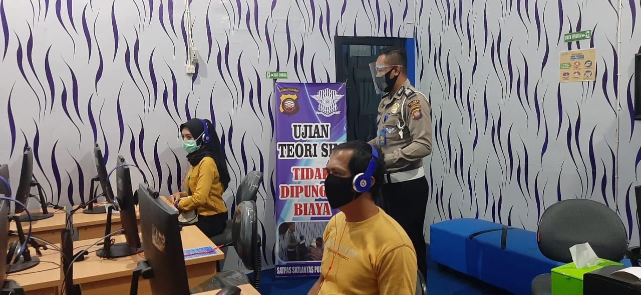 PERSONIL SAT LANTAS POLRES KETAPANG BERI ARAHAN CALON PEMEGANG SIM