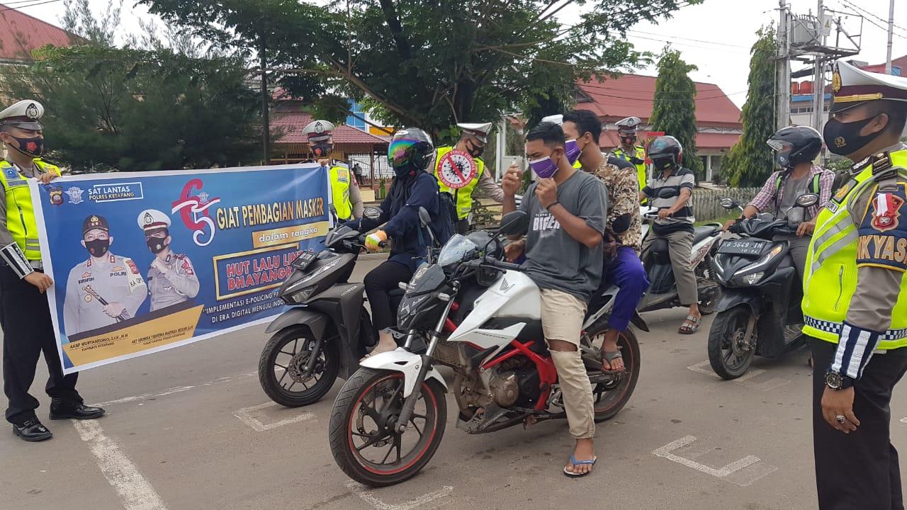 HUT ke-65 Polantas, Satlantas Polres Ketapang Bagikan Masker ke Pengendara