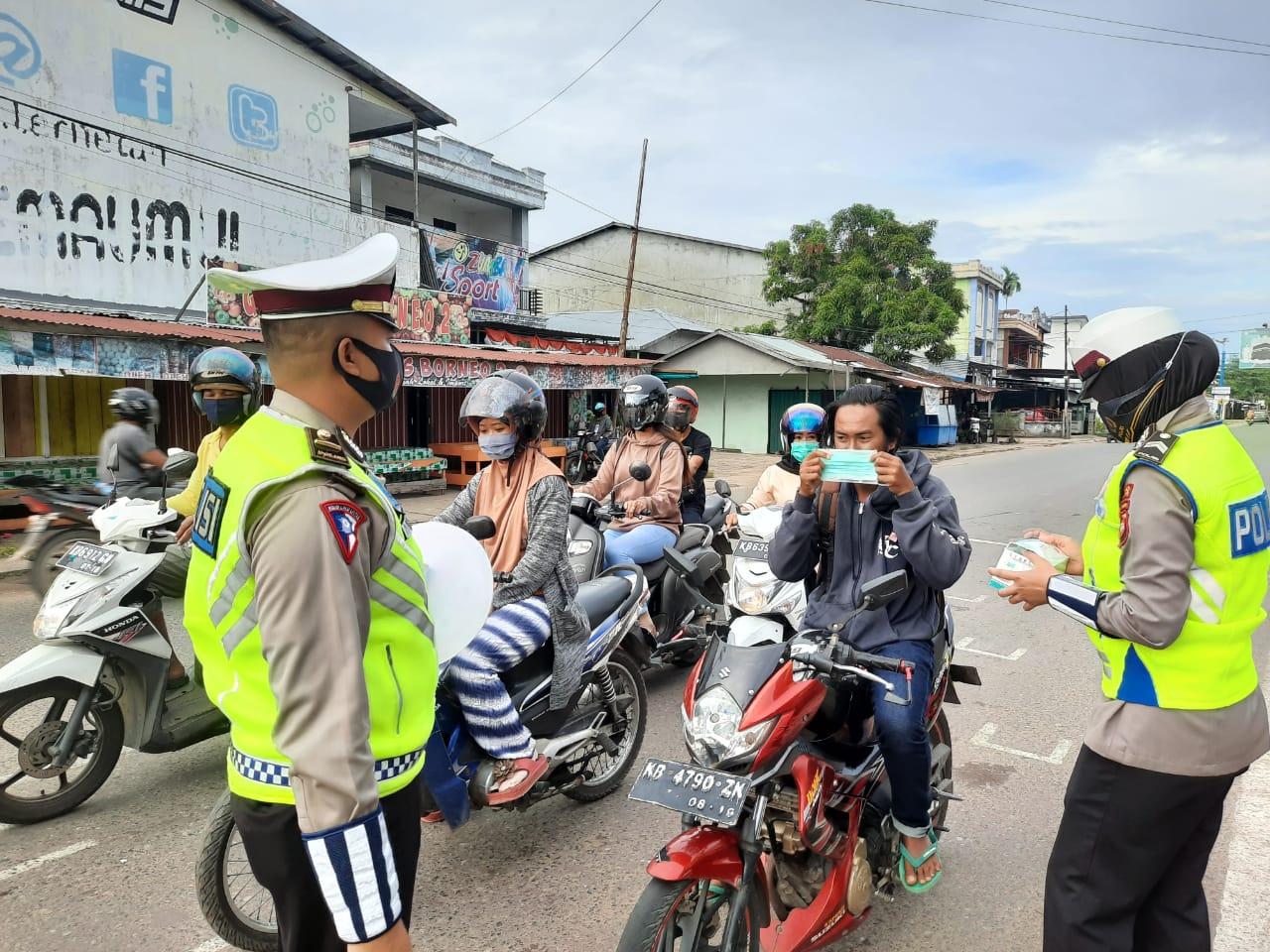 Kampanyekan Prokes, Satlantas Polres Ketapang Bagikan Masker Pengguna Jalan