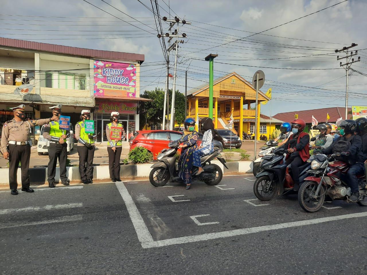 Gunakan Papan Himbauan Satlantas Polres Ketapang laksanakan Public Addres