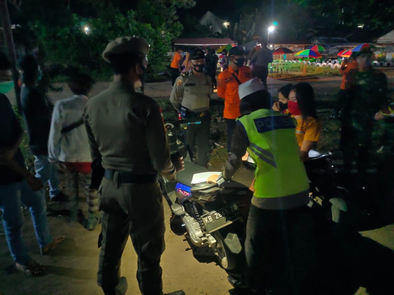 PATROLI MALAM SATLANTAS KETAPANG BERSAMA UKL 2 POLRES KETAPANG HIMBAUAH MASYARAKAT MEMATUHI PROTOKOL