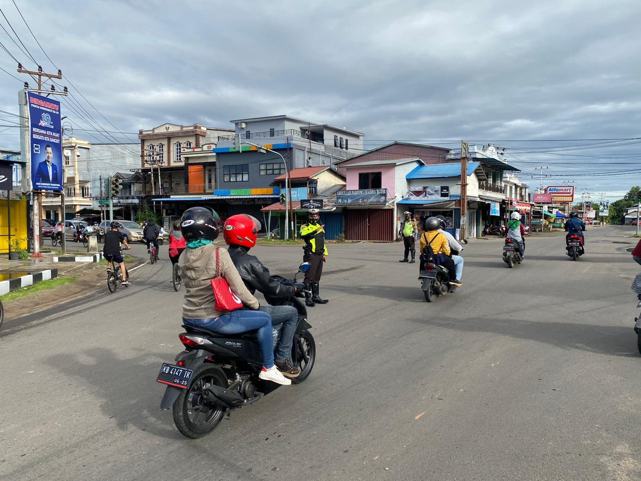 Personil Satlantas Ketapang Laksanakan Gatur Lalu Lintas di Simpang Empat Agusdjam