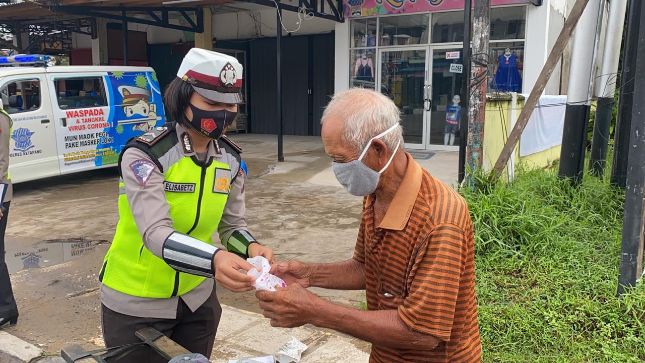 Polwan Satlantas Bagikan Masker & Handsanitizer Kepada Masyarakat yang Melintas di Sp. Agusjam