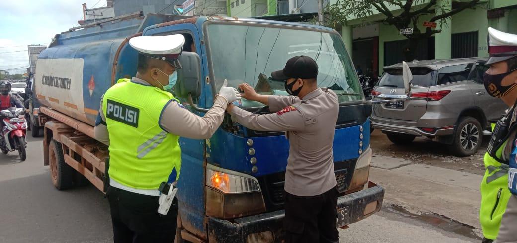 Operasi Zebra Kapuas 2020, Satlantas Ketapang Tempel Stiker Tertib Berlalu Lintas di Sp.Panca Motor