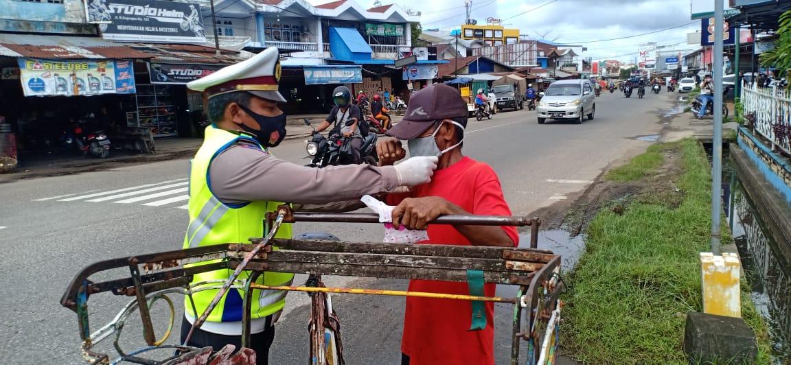 Kegiatan Sosial Satlantas Keapang bagikan Masker di Sp. Panca Motor, Jalan Mt. Haryono