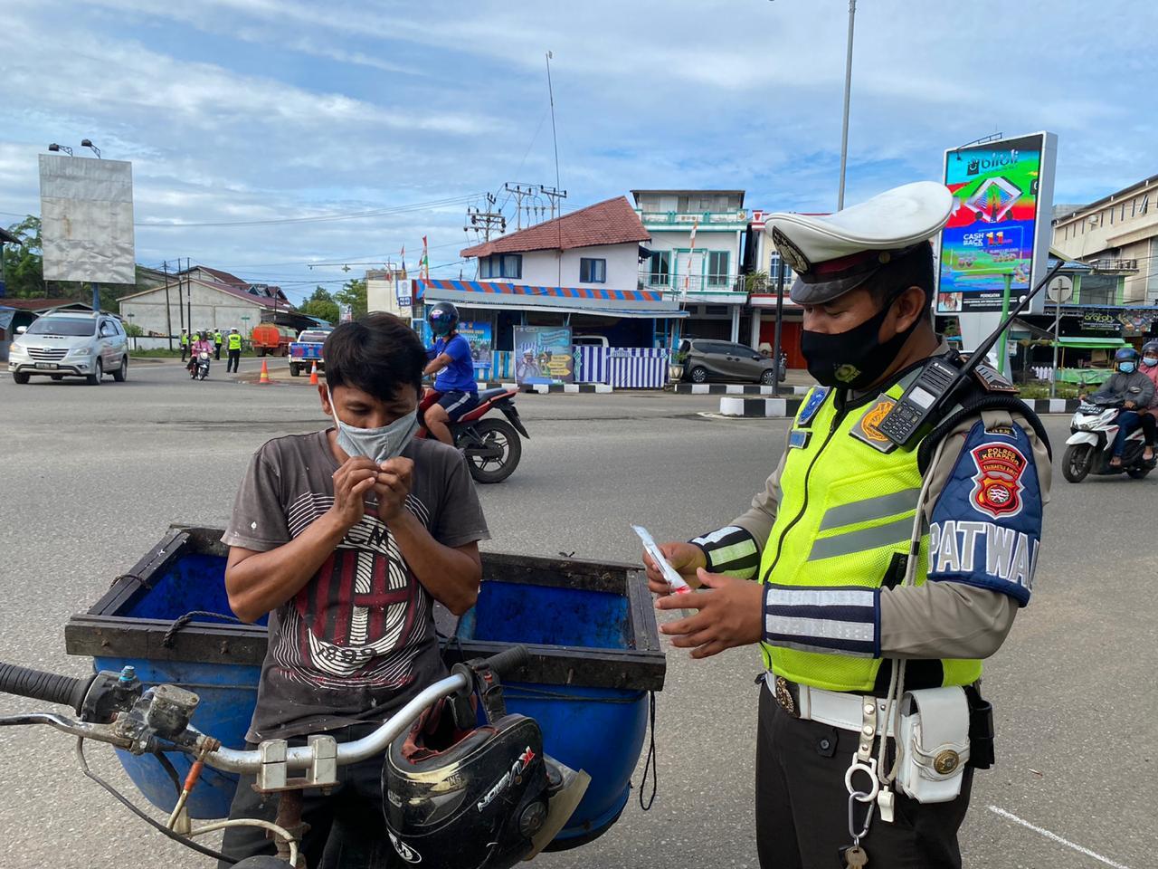 Satlantas Ketapang Bagikan Masker kepada Pengendara yang Melintas di Jalan R. Suprapto