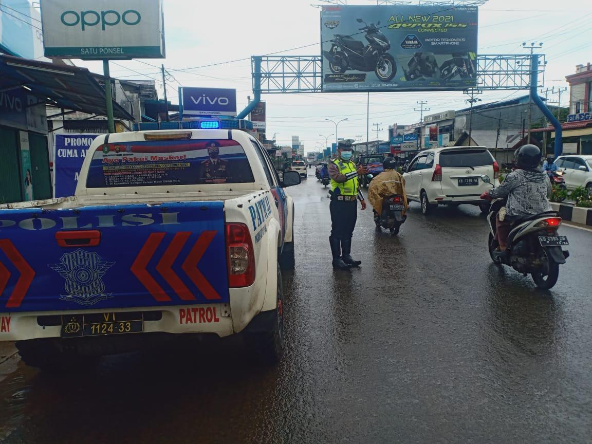 Cuaca hujan dan jalan licin, kurang kecepatan kendaraan anda, utamakan keselamatan