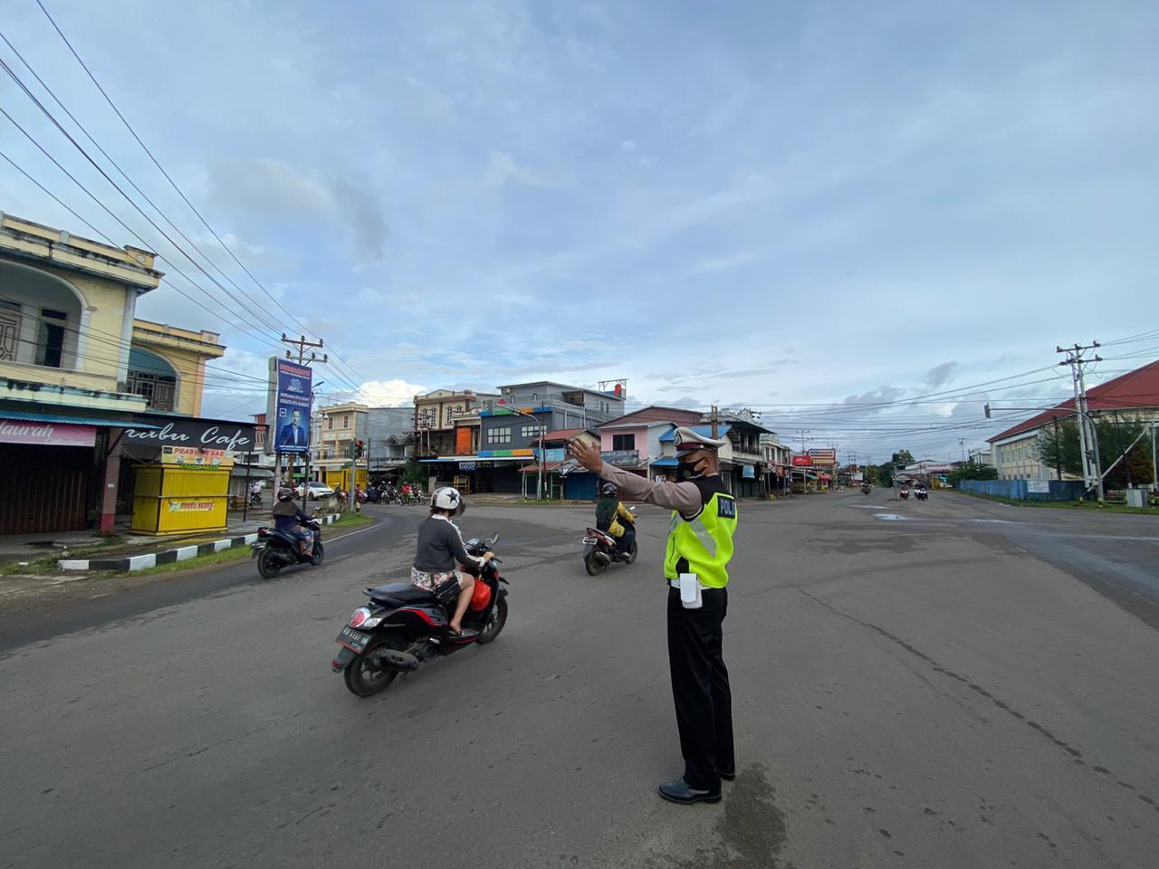 Satlantas Ketapang hadir di setiap simpul jalan dan berikan pengaturan arus lalu lintas