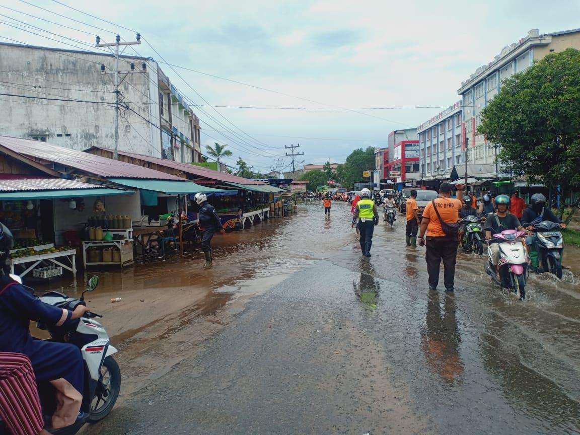 Sejumlah Ruas Jalan di Kota Ketapang Banjir, Personil Satlantas Laksanakan Gatur Lalu Lintas