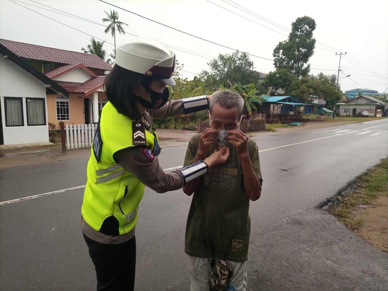 Satlantas Polres Ketapang bagikan masker kepada masyarkat saat Jumat berkah