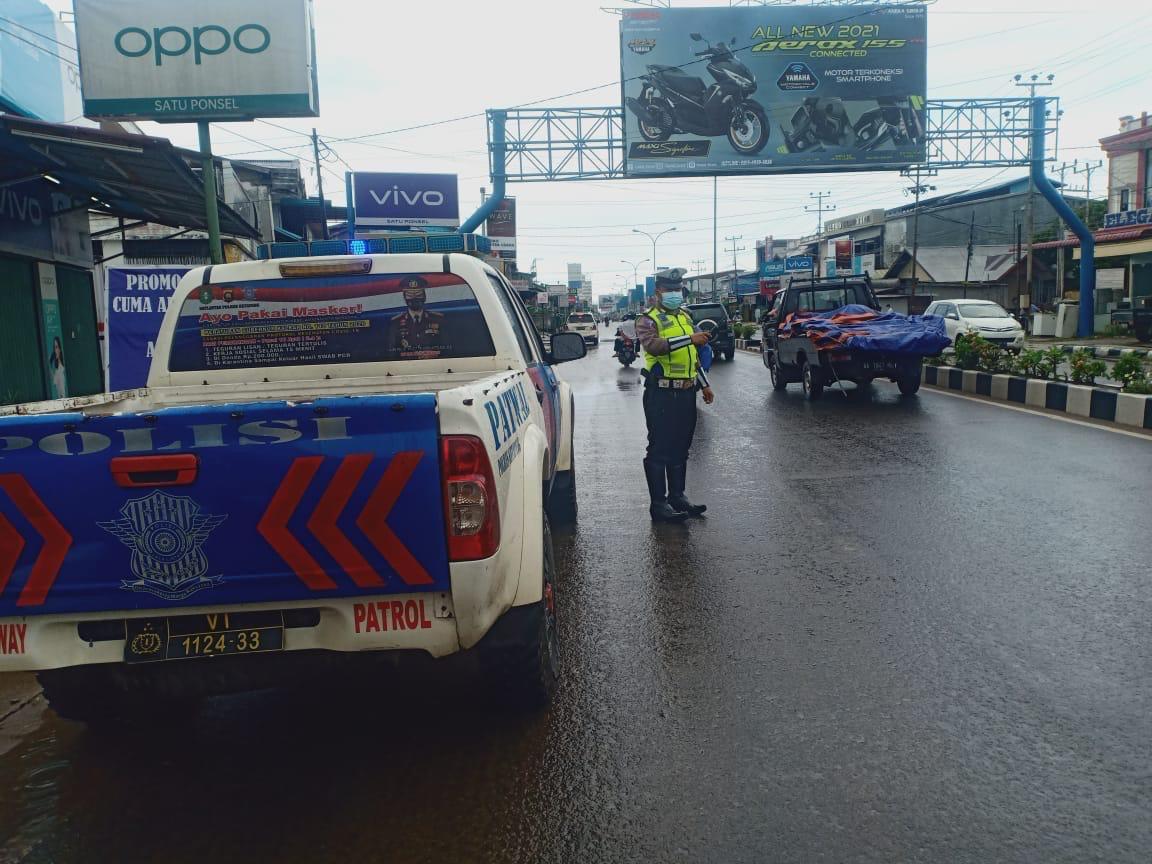 Cuaca hujan jalan licin di kota Ketapang, kurangi kecepatan kendaraan anda